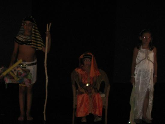 La jeune reine Neftaïne et la prêtresse Samitepa